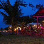 Bei Nacht sind die Cocktailbars schön beleuchtet.