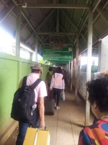 Die modernen Menschenschleuser schicken uns zum richtigen Ausgang. Tschö Thailand.